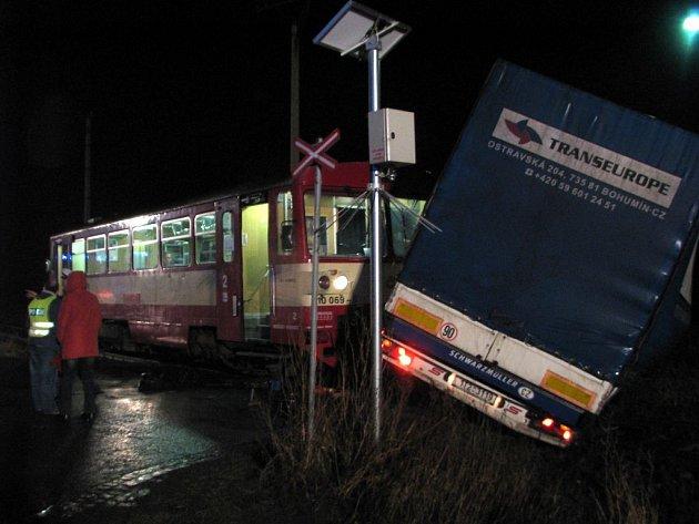 Dopravní nehoda na železničním přejezdu u Otic.