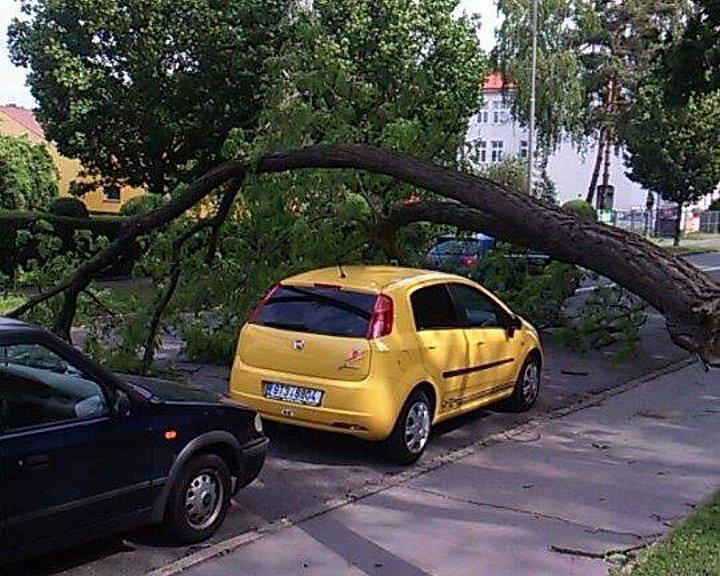 Následek větrné smrště v Opavě.