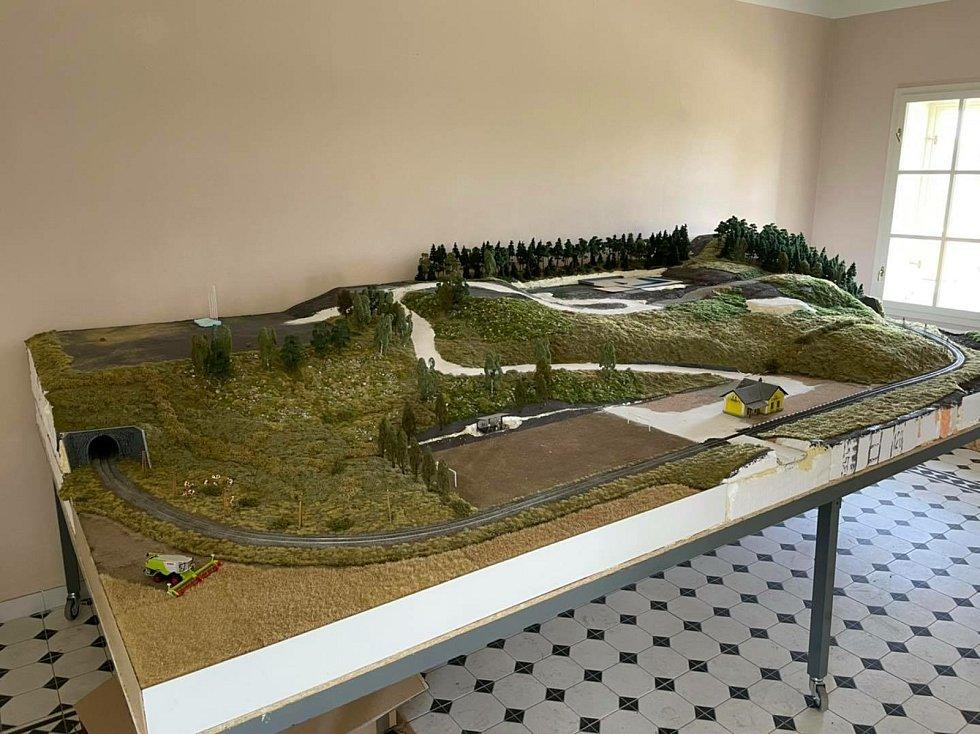 Přípravy na otevření modelu kolejiště.