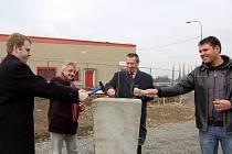 Poklepáním základního kamene ve čtvrtek 21. února začala vedle hypermarketu Kaufland stavba dalšího obchodního centra.