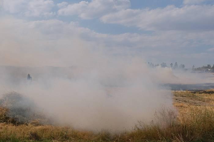 Požár pole u Hlubočce.