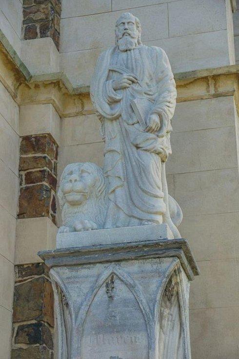 Svatý Marek u novogotického kostela Nanebevzetí Panny Marie.