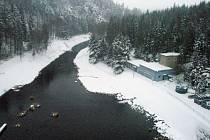 Kružberská přehrada. V závislosti na tání sněhu se snižuje hladina tak, aby byla přehrada schopna v případě potřeby zadržet potřebný objem vody.