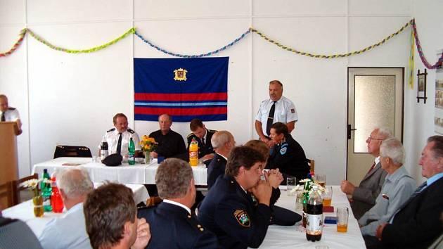 Slavnostní schůze. Na té byli vyznamenáni nejaktivnější členové hasičského sboru.