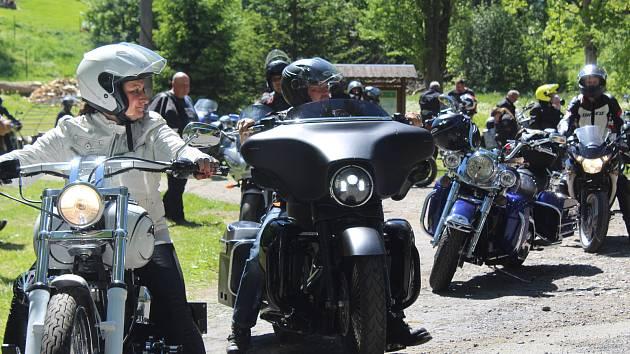 Společná vyjížďka motorkářů a policistů odstartuje od Ski Hotelu