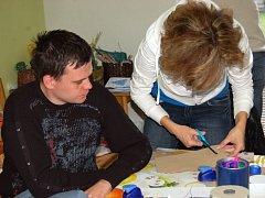 Klienti chráněných dílen Občanského sdružení Fokus při rukodělné práci.