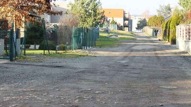 Mnoho let se potýkají majitelé domů v ulicích Lužické, Procházkově a K Moravici se zasíťováním komunikací vedoucích kolem jejich nemovitostí. Chybí zde napojení na kanalizaci a elektrickou energii. Povrch cest je pak v dezolátním stavu.