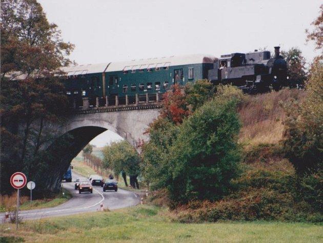 Parní lokomotiva při oslavách 90 let trati do Hlučína přejíždí viadukt mezi Kozmicemi a Hlučínem.