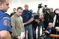 David Vaculík před Okresním soudem v Bruntále, který ho potrestal za brutální napadení účastníků rýmařovské diskotéky. Vaculík je rovněž obžalovaný v kauze žhářského útoku ve Vítkově.