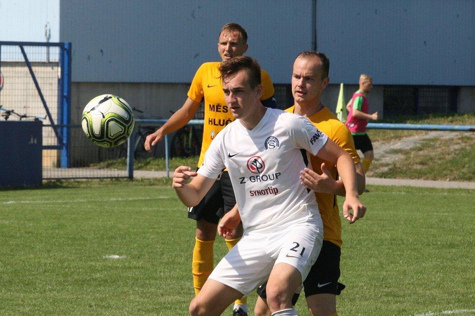 Fotbalisté Slovácka B (v bílých dresech) hráli v Kunovicích s Hlučínem 0:0.