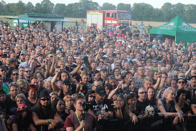 Milovníci rockové hudby nejen z Opavska, ale ze širokého okolí či dálnějších koutů republiky nemohli v sobotu odpoledne chybět na letišti na okraji Kylešovic. Proběhl zde další ročník Holba Rock na Grilu.