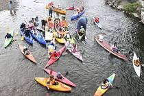Řeku Opavu v sobotu odpoledne zahltili kanoisté. Všichni přitom byli oděni do maškarního. Na programu bylo tradiční zamykání vody po skončení sezony v podání opavského oddílu Kanoe klubu Opava.