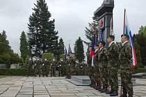 V pátek dopoledne se u Pomníku rudoarmějců na Městském hřbitově v Opavě sešli představitelé Armády ČR, statutárního města Opavy, společenských, vzdělávacích a kulturních organizací, ale i veřejnosti, aby společně vzpomněli 65. výročí konce II. sv. války.