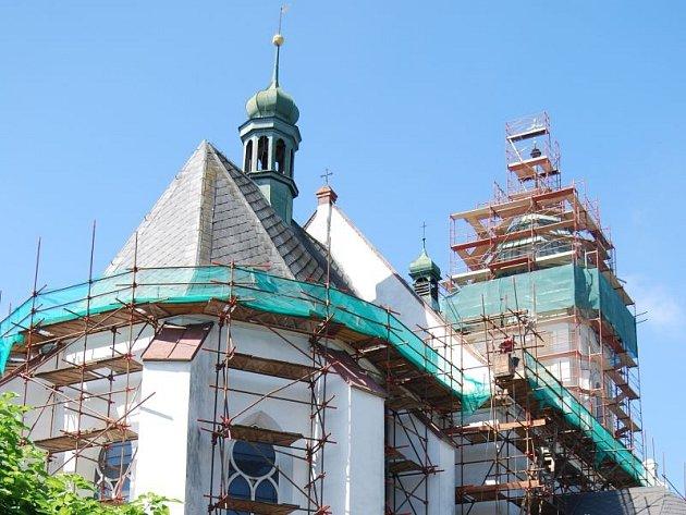 Opravy střechy hlučínského kostela svatého Jana Křtitele by měly být hotovy do konce listopadu.
