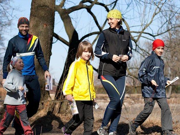 Ti nejmladší běžci se na téměř dvoukilometrovou trať raduňského Prvního jarního kufrování vydali v doprovodu rodičů.