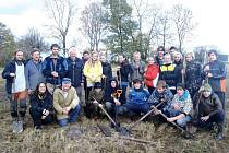 Skupinová fotka všech, kteří se na výsadbě nového sadu podíleli.