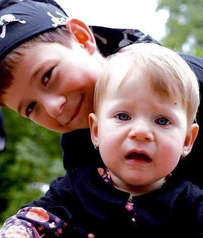 Péťa se svou mladší sestřičkou Nellou.