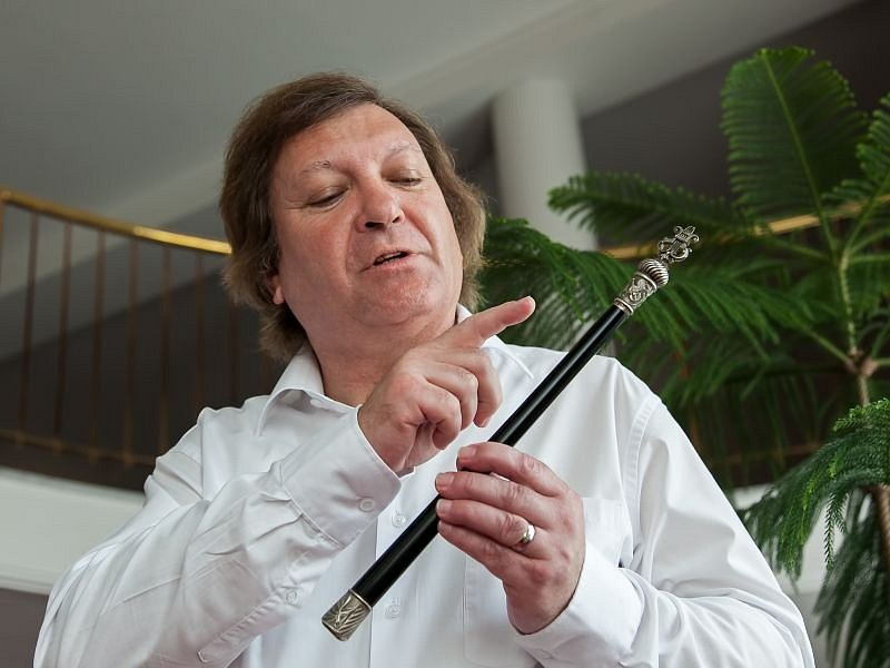 Ředitel Jindřich Pasker s tajemnou taktovkou.