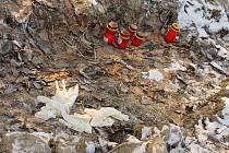 Na poli poblíž Štítiny, kde před několika dny našli mrtvého mladíka z Kravař-Dvořiska, hořely svíčky a ležely rukavice, které zde zapomněli záchranáři.
