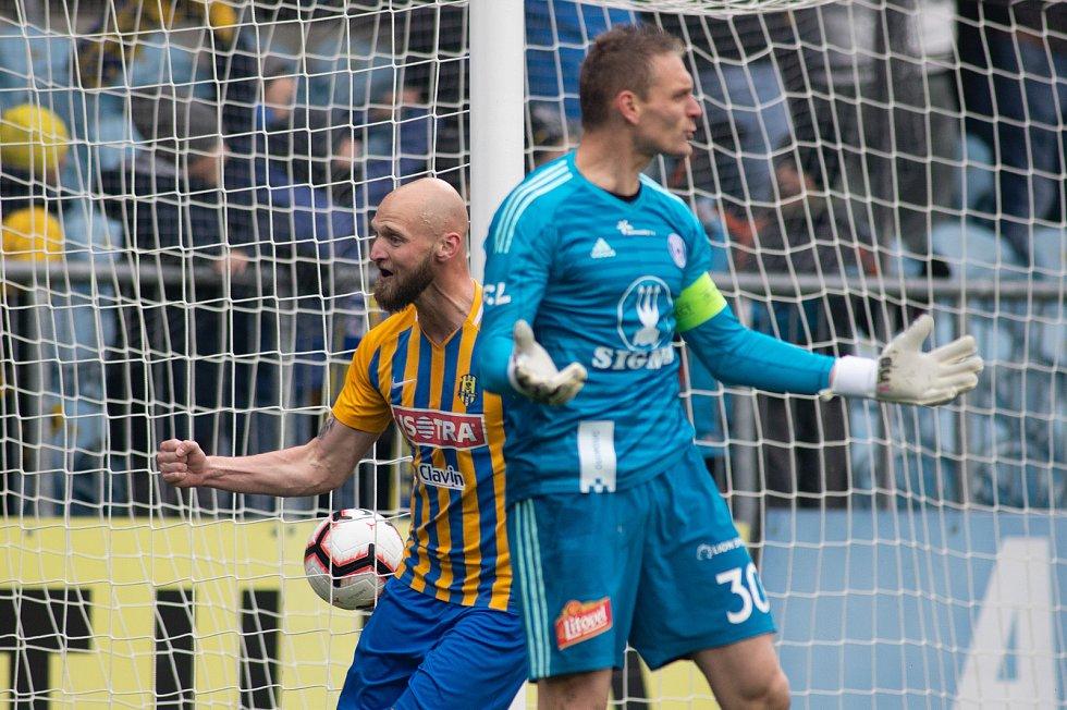 Opava - Zápas fotbalové FORTUNA:LIGY mezi SFC Opava a SK Sigma Olomouc 13. dubna 2019. Tomáš Smola (SFC Opava), Miloš Buchta (SK Sigma Olomouc).