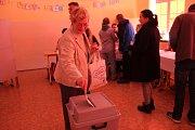 Úderem čtrnácté hodiny se otevřela také volební místnost na Základní škole T. G. Masaryka v Opavě.