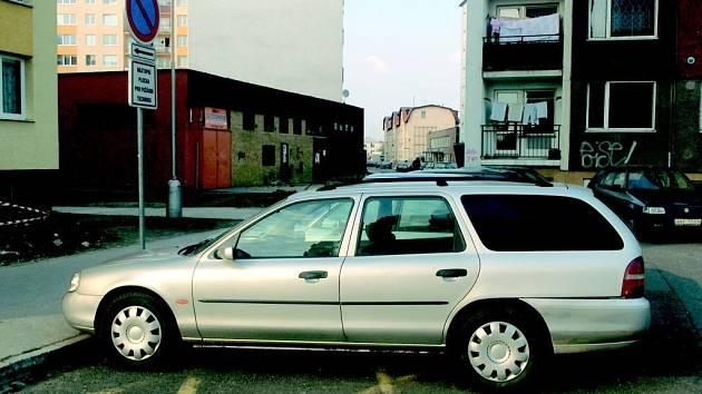 Opavským sídlištím vládnou automobily. Protože je řidiči nemají kde zaparkovat, odstavují je do zákazů stání na plochy určené pro vjezd požární techniky.