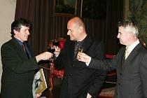 Zleva: fotograf Dalibor Gregor, ministr kultury České republiky Václav Jehlička, velvyslanec Slovinské republiky v České republice J. E. Franc But.