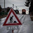 Celkově by mělo být postupně očištěno 674 kilometrů silnic II. a III. třídy v obcích a městech, které trápí problémy se znečištěným ovzduším nejvíce. První z nich se staly hlučínské Darkovičky.