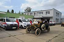 Kolona veteránů v sobotu potěšila také pacienty v krnovské nemocnici. Obdivovali ji také na mnoha dalších místech bruntálského okresu.