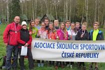 Družstvo opavské Englišky s olympijskou medailistkou v běhu na lyžích Květou Jeriovou.