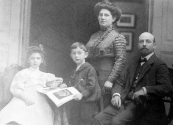 Mořic Altschul smanželkou Hermínou a se svými dvěma dětmi – Grétou, narozenou 13.května 1901, a Adim, narozeným 19.března 1903.