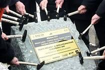 Veselý začátek. Takto poklepávali zodpovědní úředníci a manažeři 25. března 2009 na základní kámen stavby jedenáctky. Kde jsou dnes? A jaký osud čeká jedenáctku?