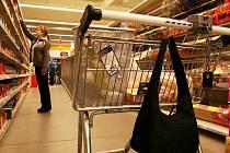 Nejlepší prevencí proti krádeži je dobře si své věci hlídat. Až půjdete nakupovat do některého hypermarketu, sami si můžete všimnout, jak jednoduché to případní zloději mají.
