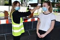Od začátku léta pomáhá kráska Barbora Hozová na triáži Slezské nemocnice v Opavě, kde měří příchozím teplotu a radí, kde najdou ambulance či jednotlivá oddělení.