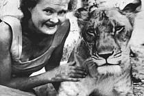 Joy Adamsonová v Keni na snímku s hrdinkou své knihy Elsou.
