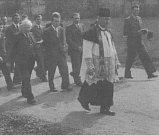 PROCESÍ prochází Štemplovcem v roce 1950. V popředí farář Jaroslav Bábek.