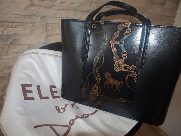 Kabelka zkolekce Dany Morávkové, kterou věnoval opavský butik La Gabriella spolu svýrobcem kabelek, firmou Elega.
