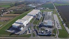 Letecký snímek celého sladce vonícího výrobního areálu.