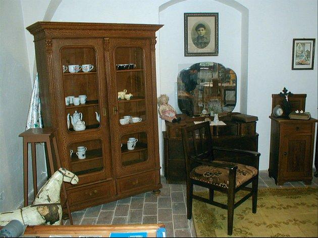 NÁBYTEK PO PŘEDCÍCH. I takové kousky starožitného nábytku darovali místní lidé svému historickému muzeu, které sídlí ve zdejším zámku.