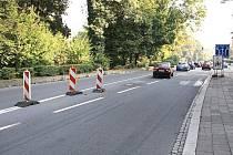 Tyto dopravní značky vládnou křižovatce u Domu Petra Bezruče. Fotografie zachycuje zcela výjimečnou situaci, kdy je zde minimum aut. Většinu dne se zde tvoří kolony.