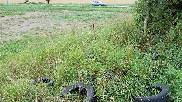 Pneumatiky v trávě a odpadky podél cest. S tím se můžete setkat kdekoli na Opavsku.