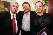 Houslový virtuoz Jaroslav Svěcený - vlevo - a rockový klavírista Michal Dvořák - vpravo. (na snímku s ředitelem jabloneckého divadla Pavlem Žurem)