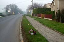 Kanalizační trubka ležící uprostřed silnice v Kravařích ohrozila život záchranářů i převáženého zraněného muže