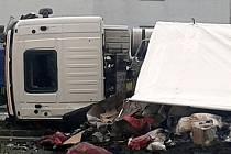 Převrácený kamion na Ostravské ulici v Hlučíně.
