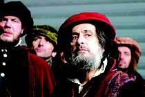 KUPEC BENÁTSKÝ. Michael Radford do ústřední role židovského kupce Šajloka obsadil Al Pacina.