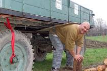 Poté, co se rozcvičil, pokračoval i s naší redakcí směrem do Hlavnice, kde předvedl další ze svých kousků. Nejdříve na svých zádech zvedl vlečku traktoru, poté si jakoby nic pohrál v jedné ruce s obrovským kmenem. U toho si v pohodě pokuřoval doutník.