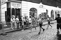 Trio v akci. Vpředu zprava Jan Prášil a vedle něj Vít Matějek. Za nimi sportovní redaktor Deníku Petr Dušek.