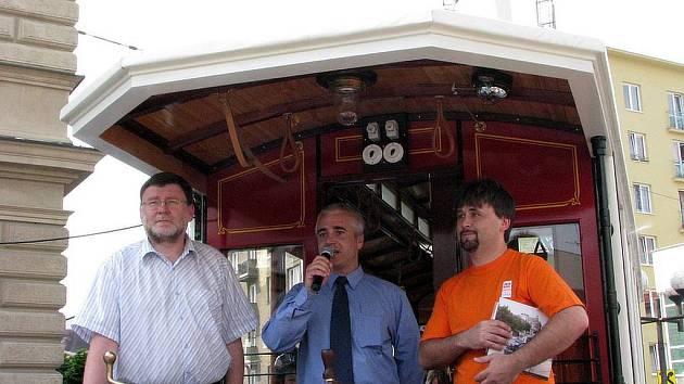 Hynek Woitek (uprostřed) na fotografii s bývalým primátorem Zbyňkem Stanjurou (ODS) (vlevo).