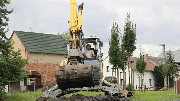 Tento týden se v Třebomi odstraňovaly škody, které povodeň napáchala v okolí místního potoka.