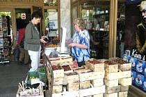 Prodejci jahod v opavském obchodním domě Breda.